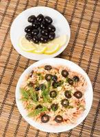 prato de macarrão com tomate e azeitonas foto