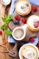 xícara de café e tortinhas caseiras deliciosas foto