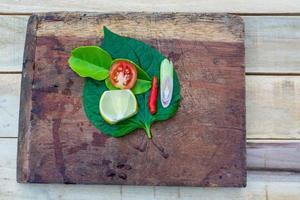 conjunto de ervas frescas asiáticas na madeira foto