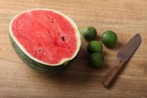 melancia fresca em fundo de madeira foto