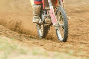 velocidade de aceleração do piloto de motocross na pista foto