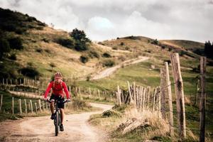 motociclista da montanha andando na inspiradora paisagem de outono foto