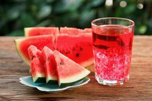fatia de melancia e suco foto