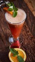smoothie de melancia e laranja de vidro foto