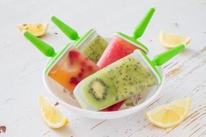 gelo de frutas aparece com kiwi, melancia, frutas na tigela branca foto