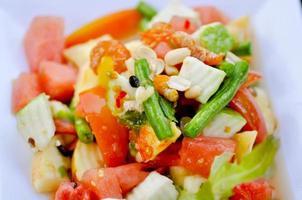 prato de salada de frutas e legumes foto