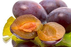 ameixas maduras em branco foto