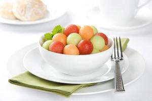 melancia, melão e melada de frutas frescas com biscoito foto