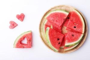 fatias de melancia com pedaços de forma de coração foto