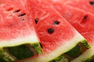 melancia deliciosa e suculenta em cima da mesa foto