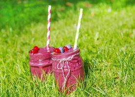 bebida batido fresco com frutas diferentes como café da manhã saudável foto