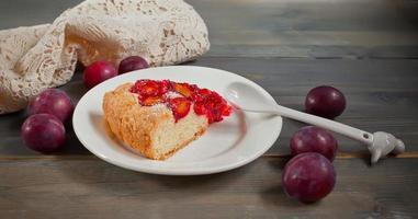 pedaço de bolo com ameixas orgânicas foto