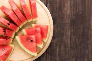 fatia saudável melancia em um fundo de madeira foto