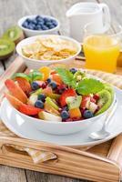 café da manhã com salada de frutas, sucrilhos e suco de laranja foto