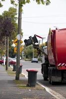 caminhão de reciclagem vermelho foto