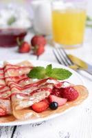 deliciosas panquecas com frutas em close-up tabela foto
