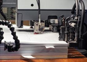 impressão de documentos e dispositivos no escritório foto
