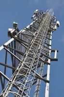 torre de telecomunicações com escada de aço foto