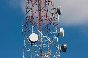 torre de telecomunicações sob o céu azul foto