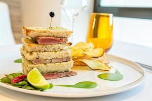sanduíche de bife de atum foto