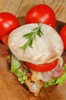 torradas, torradas, bacon, presunto, tomate, alface foto