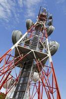 torre de telecomunicações contra o céu azul foto