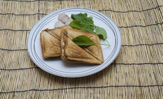 sanwiches em prato em bambu foto