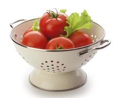 tomates no coador foto