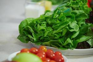 salada de legumes em um prato foto