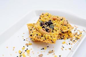 biscoitos de cereais em fundo branco foto
