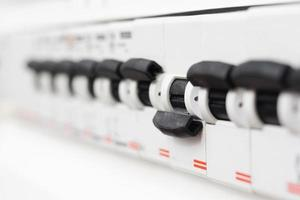fusível desligado em caixa elétrica, circuito curto foto