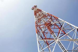 antenas de comunicação da torre móvel com fundo de céu azul foto