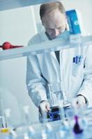 pessoas de pesquisa e ciência em laboratório foto