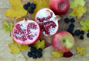 frutas de outono - romã e maçãs foto
