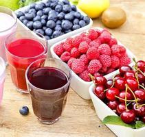 diferentes bebidas (bebidas) e frutas orgânicas foto