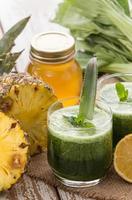 suco de alface e abacaxi foto
