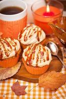 cupcakes de cenoura com cobertura de queijo creme de caramelo foto