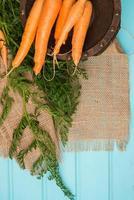 cenouras em uma mesa de madeira foto