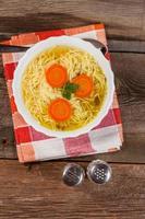 caldo - sopa de galinha com macarrão. foto