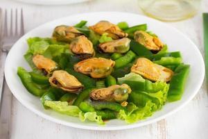 salada com frutos do mar no prato foto