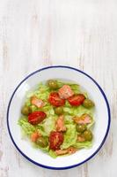 salada com peixe foto