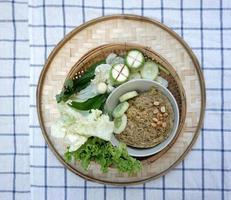 salada de peixe crocante com vegetais verdes foto