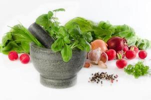 legumes e especiarias em uma argamassa foto