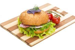 pão com salsichas e salada foto
