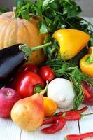 legumes em cima da mesa solta foto