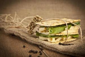 sanduíches de pão com queijo gruyère, pepino e rúcula fresca foto