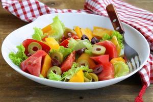salada de tomates e azeitonas coloridas