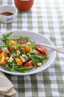 salada italiana em tigela foto