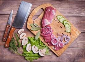 carne de porco fatiada foto