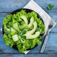 salada verde fresca com abacate, pepino e brócolis foto